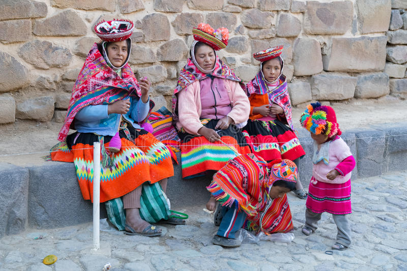 Ollantaytambo Peru - circa Juni 2015: Kvinnor och barn i traditionell peruansk kläder i Ollantaytambo, Peru fotografering för bildbyråer