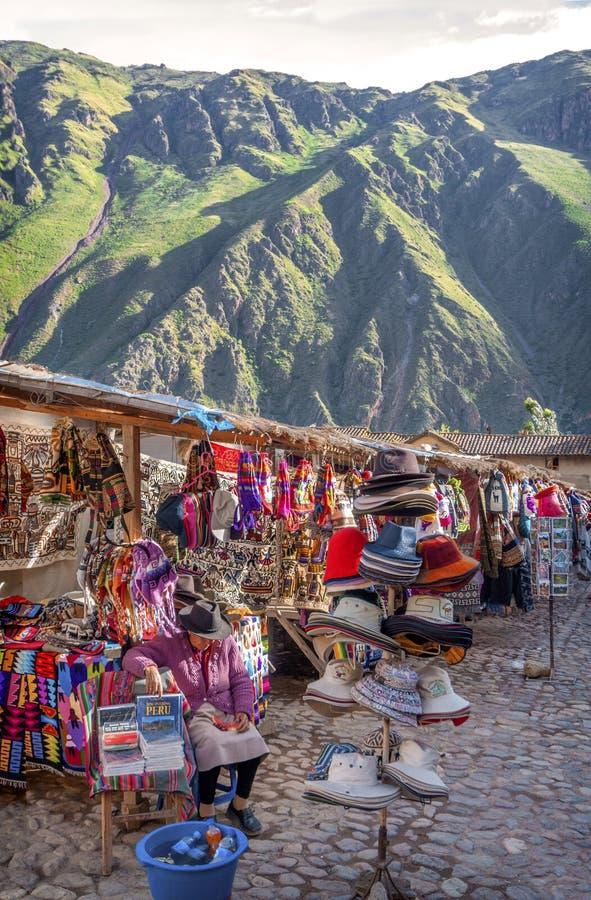 OLLANTAYTAMBO, PERU - 9. DEZEMBER: Alte Inkafestung und -markt lizenzfreie stockbilder