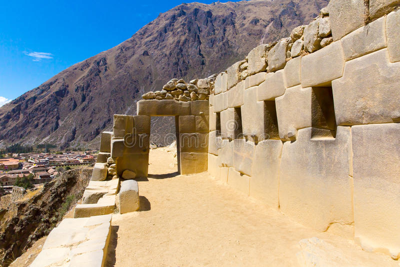 Ollantaytambo Peru, Inca fördärvar och den arkeologiska platsen i Urubamba, Sydamerika. fotografering för bildbyråer
