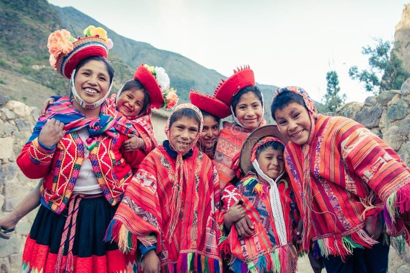 Ollantaytambo/Peru - Mei 29 2008: De groep kinderen kleedde zich omhoog in de traditionele, kleurrijke Peruviaanse kostuums stock afbeelding
