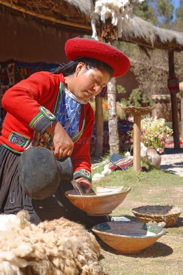 Ollantaytambo, Peru - preparando tinturas da alpaca inca da tradição imagem de stock royalty free