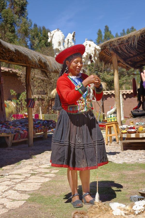 Ollantaytambo, Peru - preparando tinturas da alpaca inca da tradição fotografia de stock