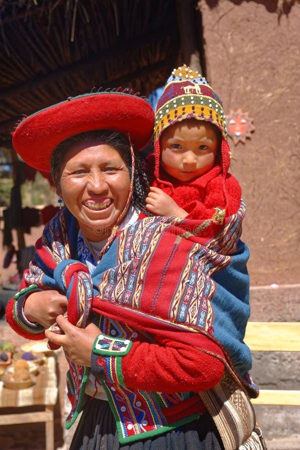 Ollantaytambo, Peru: Quechua moeder en kind in een dorp in de Andes stock foto's