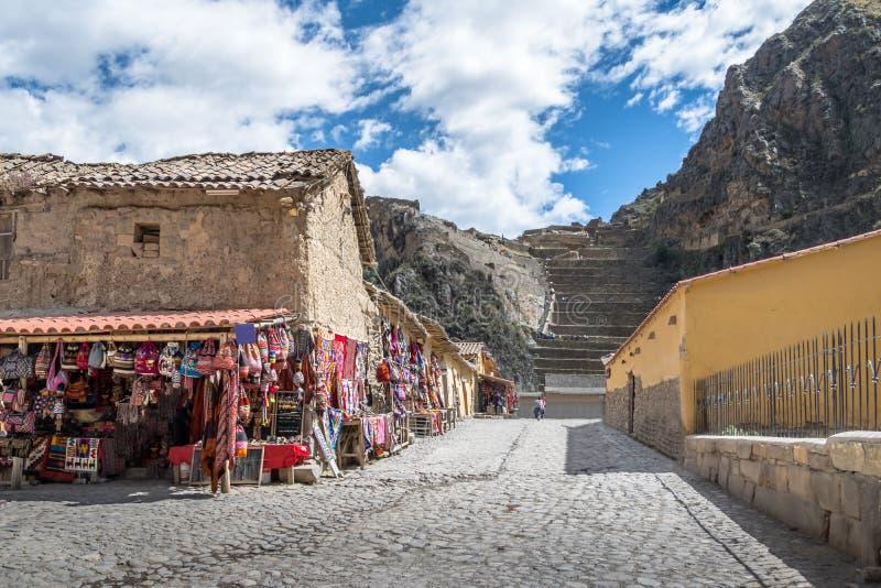 Ollantaytambo by, souvenirlager och ingång till Inca Ruins och terrasser - Ollantaytambo, sakral dal, Peru royaltyfria bilder