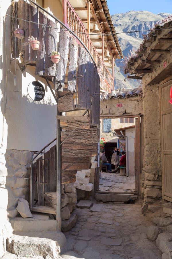 Ollantaytambo Urubamba/Peru - circa Juni 2015: Gammal traditionell husbyggnad i den Ollantaytambo Incastaden, Peru fotografering för bildbyråer
