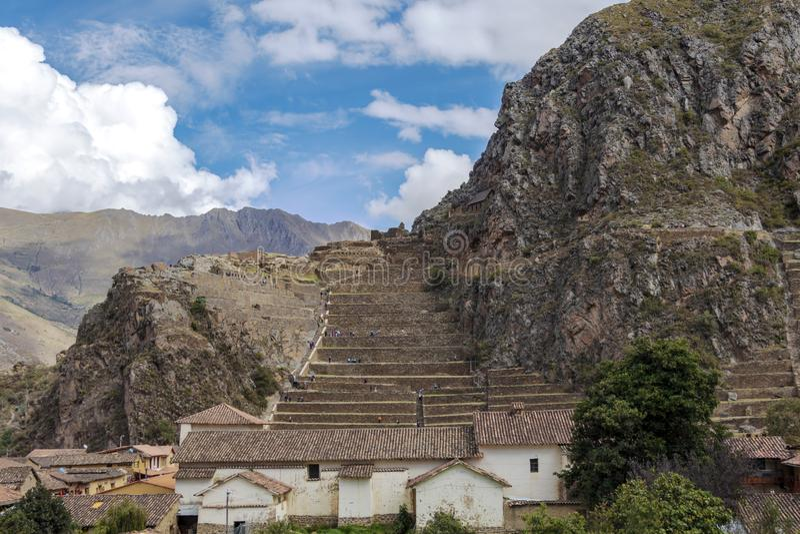 Ollantaytamboruïnes, een massieve Inca-vesting met grote steenterrassen op een helling, toeristenbestemming in Peru stock foto's
