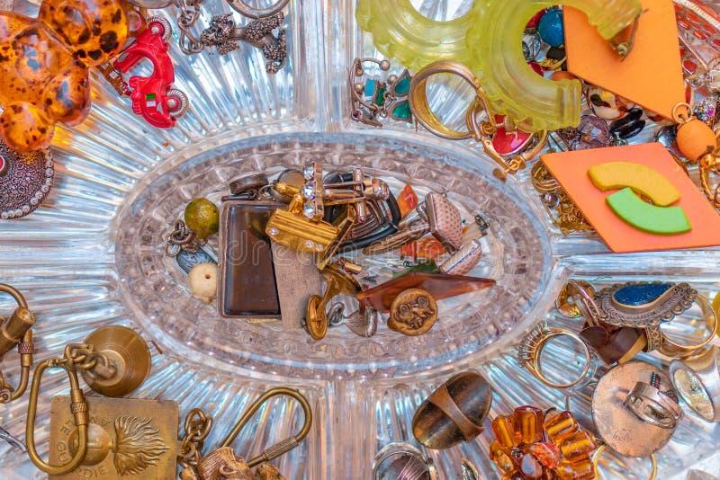 Ollection Ð ¡ των εκλεκτής ποιότητας δαχτυλιδιών κοσμήματος, σκουλαρίκια σε ένα εκλεκτής ποιότητας χρώμιο στοκ φωτογραφίες με δικαίωμα ελεύθερης χρήσης