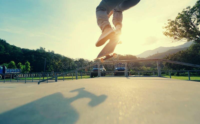 Ollie da prática dos pés do skater na rampa do skatepark imagens de stock