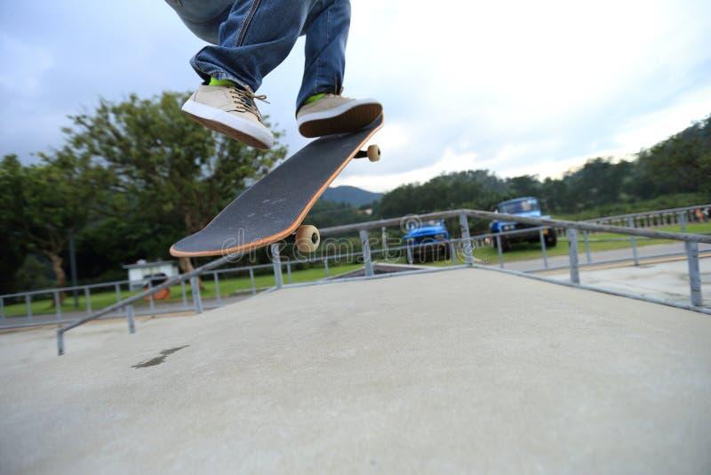 Ollie de pratique en matière de jambes de planchiste à la rampe de skatepark photos libres de droits
