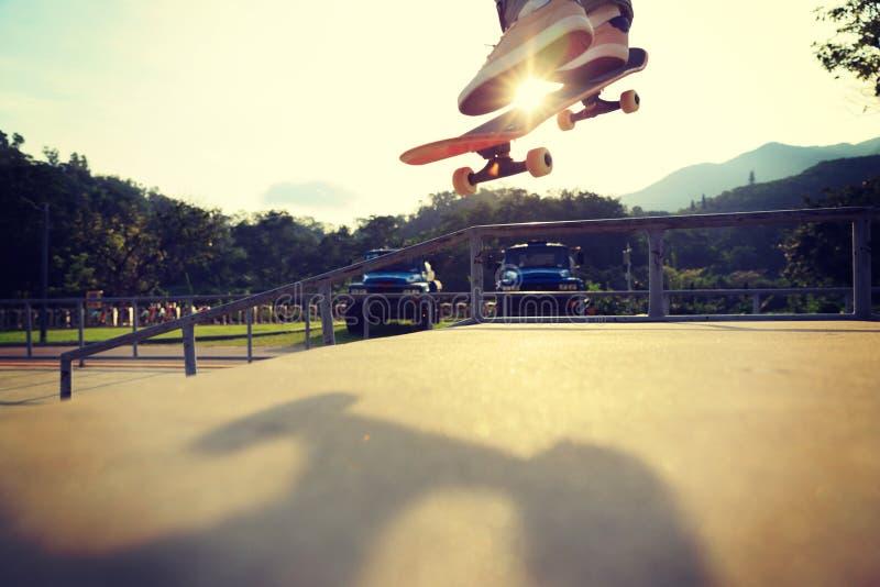Ollie de pratique en matière de jambes de planchiste à la rampe de skatepark photographie stock