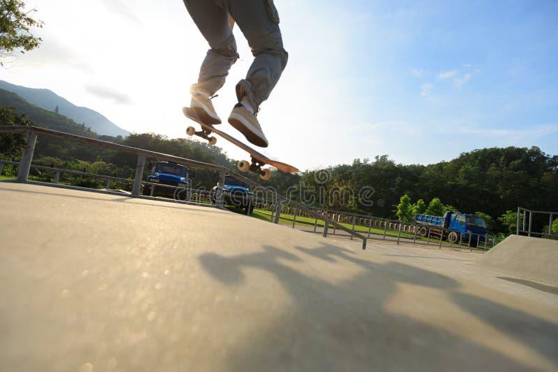 Ollie de pratique en matière de jambes de planchiste à la rampe de skatepark photos stock