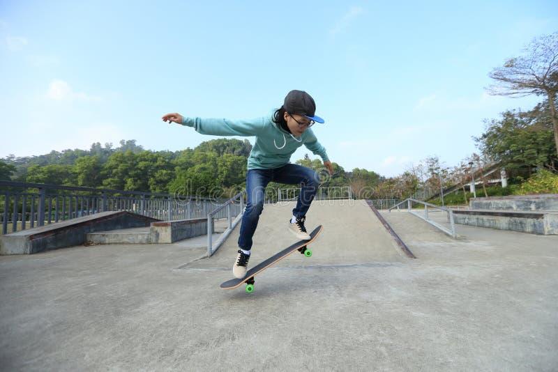 ollie de pratique en matière de planchiste à la rampe de skatepark images libres de droits
