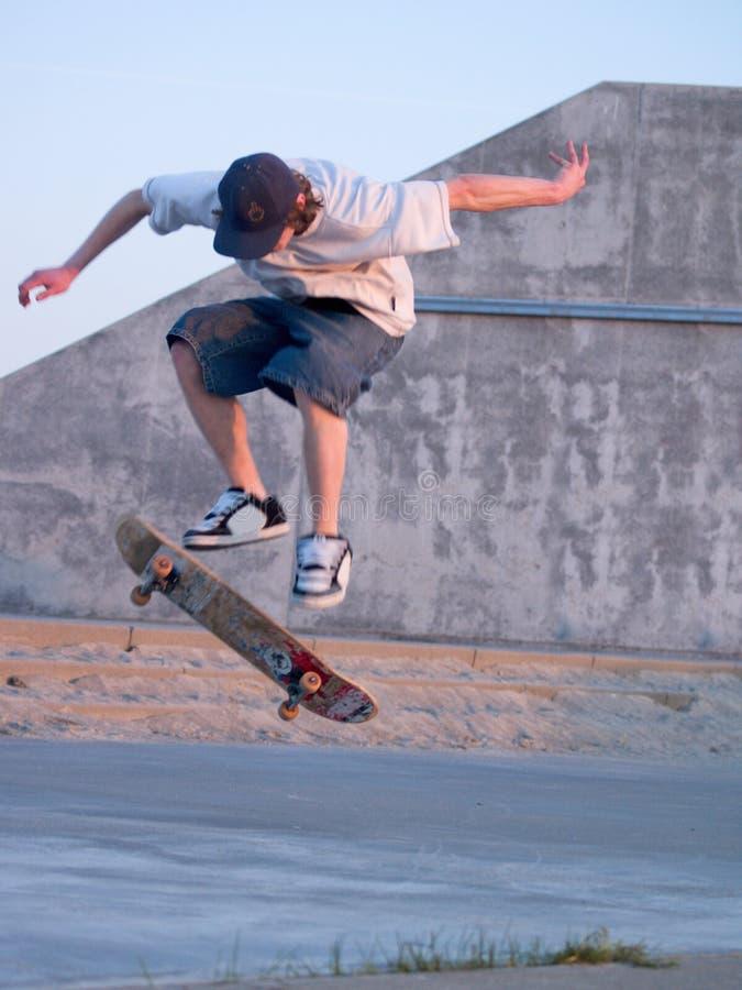 Ollie - Jonge schaatser die een skateboard ollieing royalty-vrije stock foto's