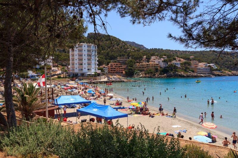 Olmo de Sant de la bahía del baño por completo de bañistas en Majorca imagen de archivo