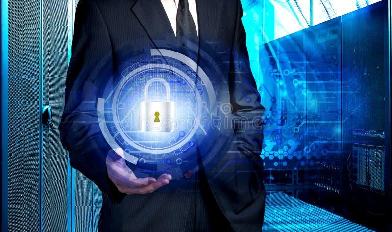 Ologramma della tenuta dell'uomo d'affari con il concetto di protezione dei dati contro lo sfondo del centro dati del supercomput fotografie stock libere da diritti