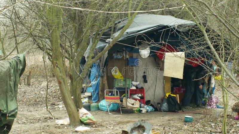 OLOMOUC, ЧЕХИЯ, 2-ОЕ ЯНВАРЯ 2019: Шале фольги листов бедные гетто человека людей логова бездомного деревянного пластикового строя стоковая фотография