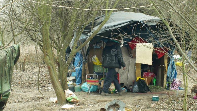 OLOMOUC, ЧЕХИЯ, 2-ОЕ ЯНВАРЯ 2019: Шале фольги листов бедные гетто человека людей логова бездомного деревянного пластикового строя стоковые фотографии rf