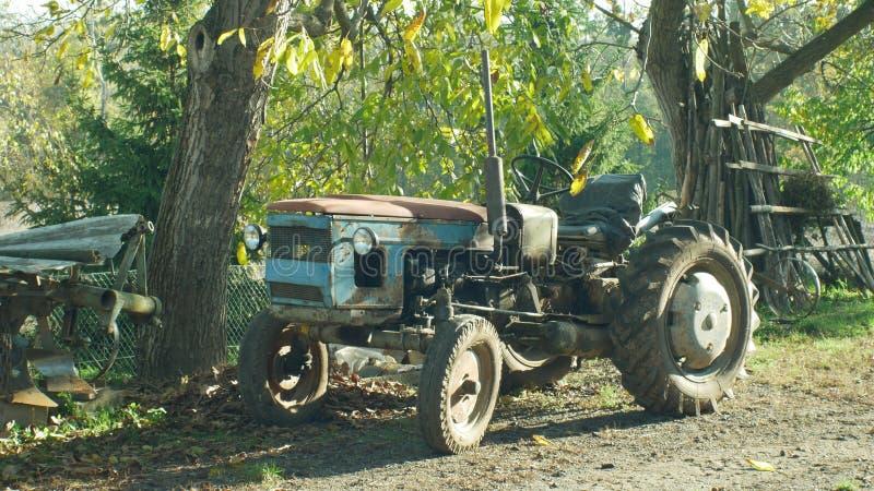 OLOMOUC, REPÚBLICA CHECA, EL 21 DE AGOSTO DE 2018: El hogar histórico rígido hizo el tractor, 60 años, granjeros en el pueblo es imagen de archivo libre de regalías