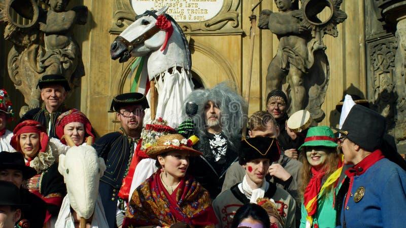 OLOMOUC, REPÚBLICA CHECA, O 29 DE FEVEREIRO DE 2019: Coluna do praga da herança do festival das máscaras da celebração de Masopus foto de stock