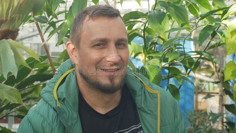 OLOMOUC, REPÚBLICA CHECA, O 2 DE JANEIRO DE 2019: Retrato de Martin Dancak na estufa da pesquisa da espécie tropical imagens de stock