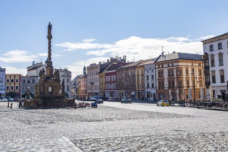 Olomouc, república checa Panorama do quadrado na câmara municipal e na coluna da trindade santamente fotografia de stock royalty free