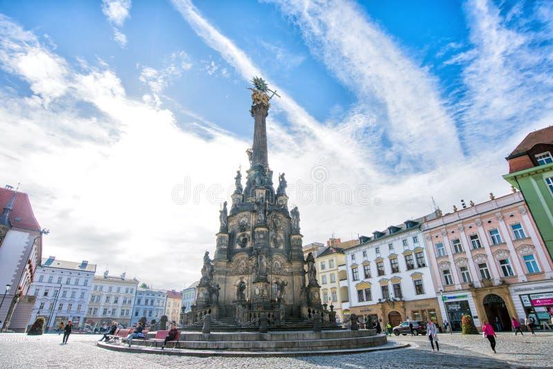 Olomouc, República Checa setembro de 2018 Panorama do quadrado na câmara municipal e na coluna da trindade santamente fotos de stock royalty free