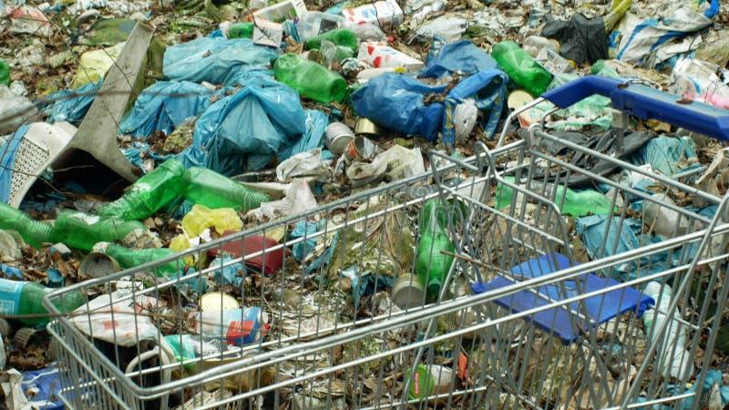 OLOMOUC, republika czech, STYCZEŃ 2, 2019: Banialuka wózka na zakupy czerni usypu krajobrazu i odpady lasowe torby na śmiecie obrazy stock