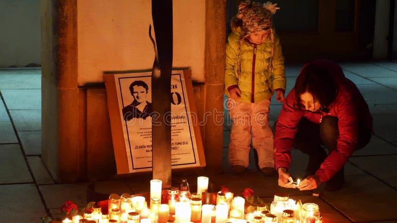 OLOMOUC TJECKIEN, JANUARI 16, 2019: Brinnande brand för Jan Palach demonstrationsstudent, stearinljus folk, 1968 fotografering för bildbyråer