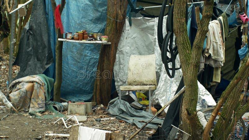 Olomouc Tjeckien, Januari 2, 2019: För gettoträ för ark man för folk för lya för hemlöst plast- för folie tält för chalet byggand arkivbild