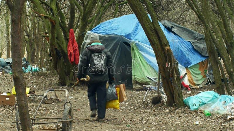 OLOMOUC TJECKIEN, JANUARI 2, 2019: Folk för lya för plast- chalet för folie för tält och för trä för arkhemlösgetto byggande arkivbild