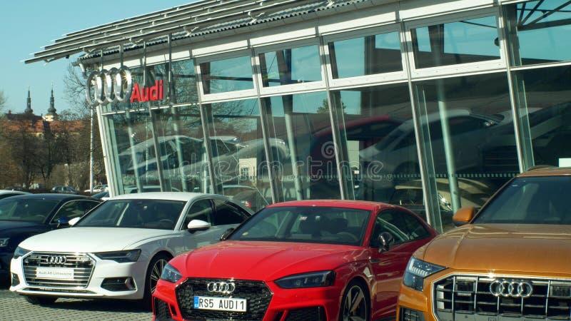 OLOMOUC TJECKIEN, JANUARI 30, 2019: Märket för den Audi bilvisningslokalen glassed försäljningar shoppar och lagret, lyxiga logob arkivfoto