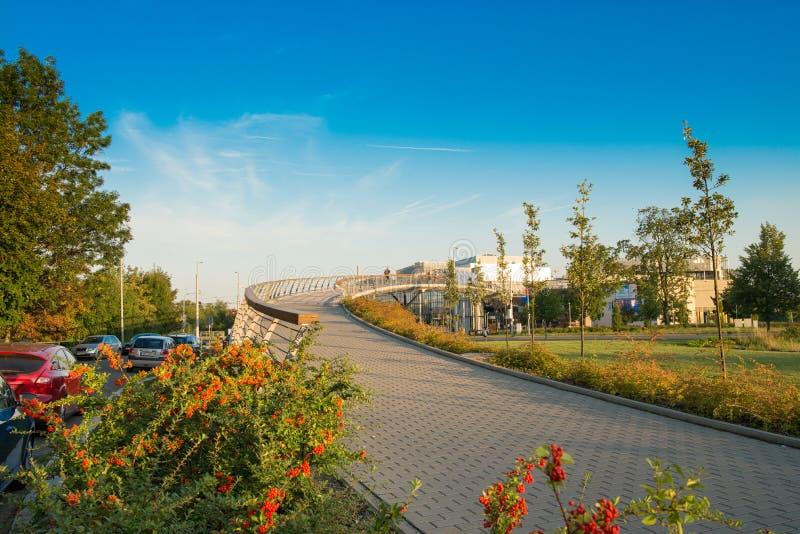 Olomouc, Tschechische Republik - 18. September 2017: Fußgängerbrücke über Landstraße im Einkaufszentrum Galerie Santovka mit lizenzfreie stockfotografie