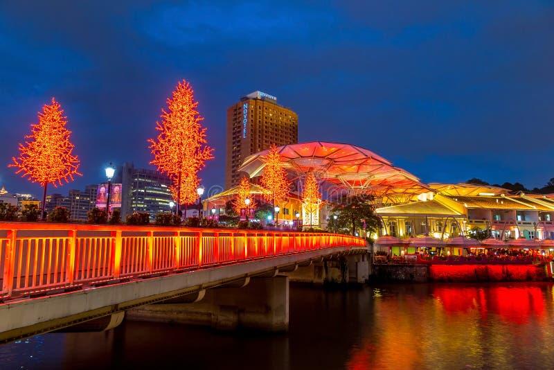 Olorful enciende el edificio en la noche en Clarke Quay, Singapur imagenes de archivo
