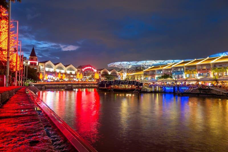 Olorful enciende el edificio en la noche en Clarke Quay, Singapur imagen de archivo