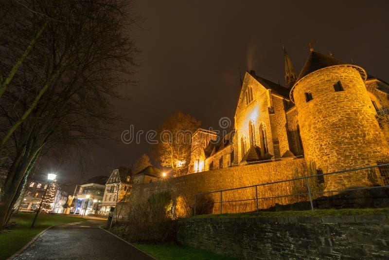 Olpe Alemania de la iglesia del St Martín en la noche imagen de archivo libre de regalías