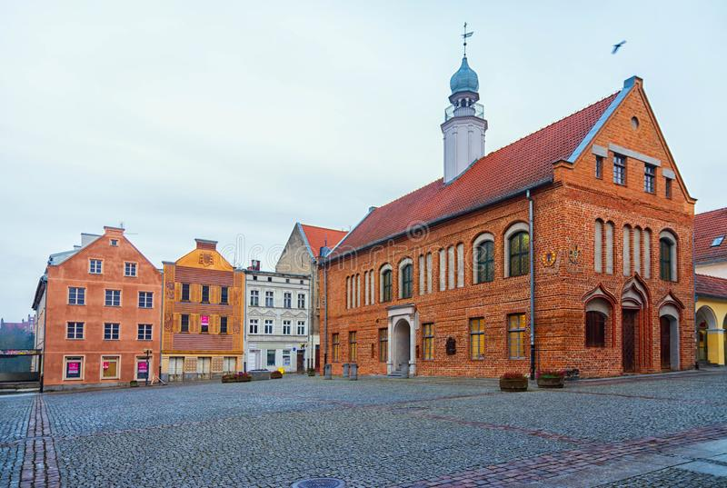 Olsztyn, Polônia 2017 11 30 quadrado principal da cidade velha, câmara municipal ghotic na cidade velha de Olsztyn Rua velha da c imagens de stock