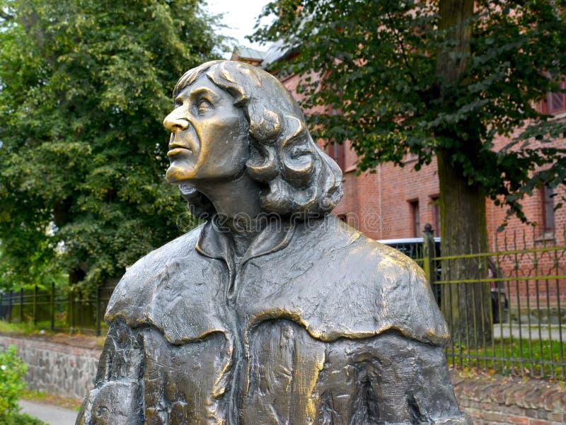 Olsztyn, Polen Fragment van een monument aan Nicolaus Copernicus, zijaanzicht stock afbeeldingen