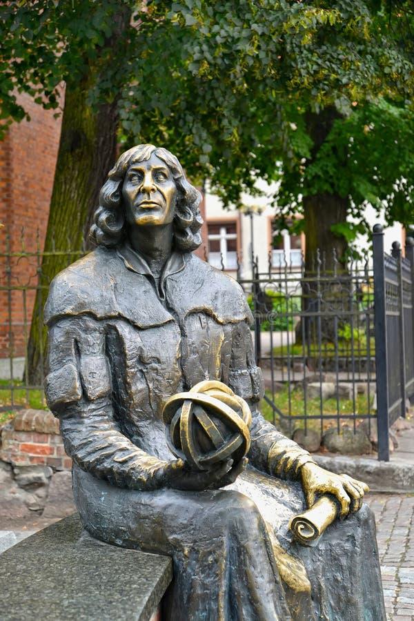 Olsztyn, Polonia Un fragmento de un monumento a Nicolaus Copernicus con un astrolabio y al manuscrito en manos foto de archivo libre de regalías