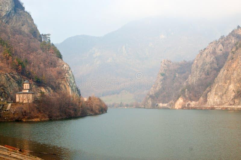 Olt flod på den Cozia kloster. royaltyfri foto
