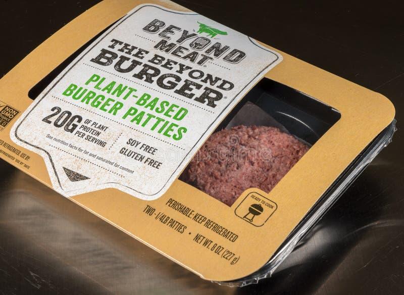 Oltre l'impianto di macellazione basato un pacchetto dell'hamburger di due tortini fotografia stock