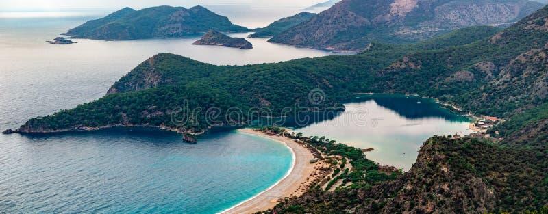 Oludeniz海滩和海湾,费特希耶,Mugla,土耳其全景  从Lycian方式的空中照片 夏天和假日 库存照片