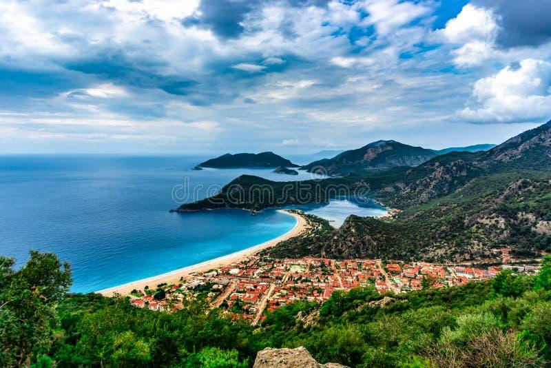 Oludeniz-Buchtansicht in Fethiye-Stadt Überraschende Landschaft von Lycian-Weise Vergrößerungsglas auf Karte Sommer- und Feiertag stockfoto