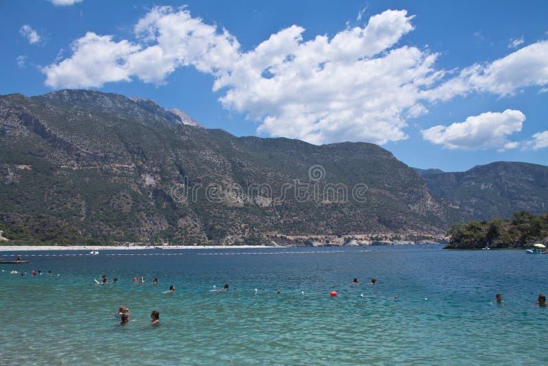 Oludeniz Turcja, Lipiec, - 10, 2012: ludzie cieszy się pływać w cudownym czystym morzu egejskim na tureckiej linii brzegowej zdjęcia stock