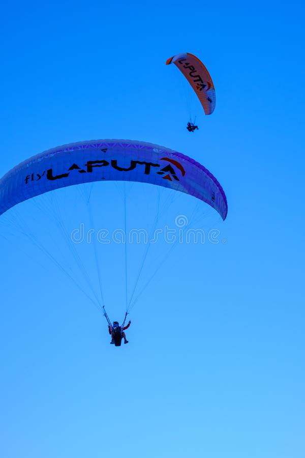 Oludeniz, Turquie Sport extr?me Parapentisme en ciel bleu au lever de soleil image libre de droits