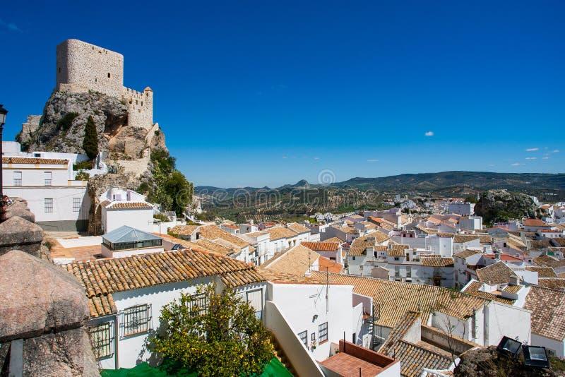Olvera é uma vila branca na província de Cadiz, Andalucia, Espanha do sul - o castelo mouro fotos de stock