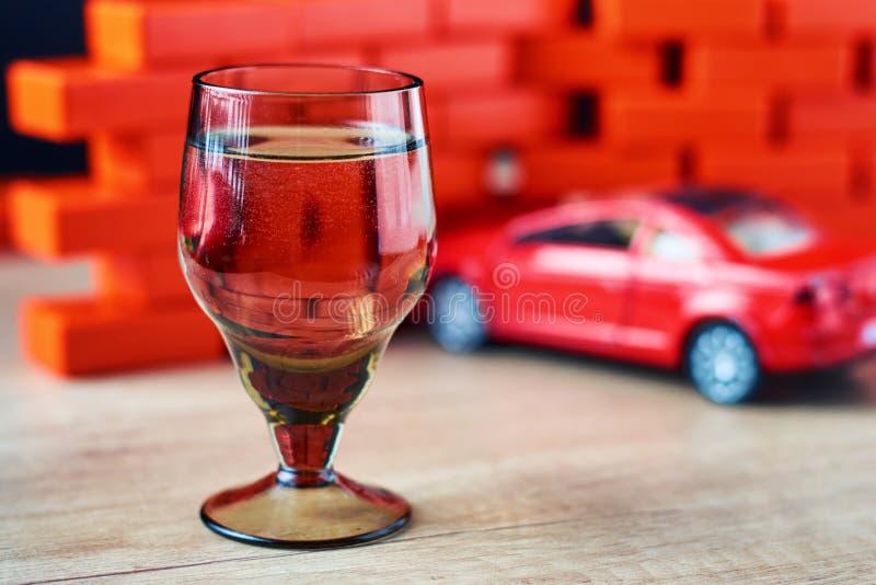 Olycka för rattfylleribilkrasch Kör inte efter drinkbegrepp Skjutit exponeringsglas och en bruten bil royaltyfri fotografi