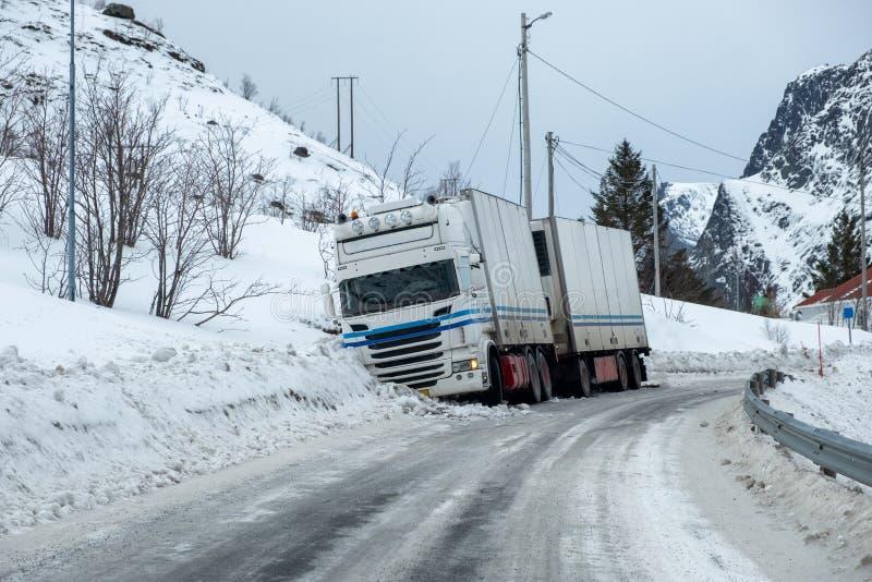 Olycka för släplastbil som är hal på snötrottoar arkivfoton