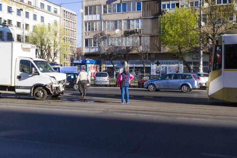 Olycka mellan en bil och en spårvagn royaltyfri fotografi