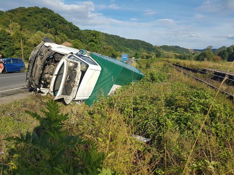 Olycka mellan en lastbil och en vit-/gräsplanskåpbil på den viktiga europeiska vägen royaltyfria foton