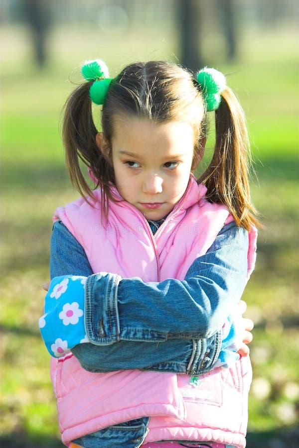 olycklig flickastående arkivfoto